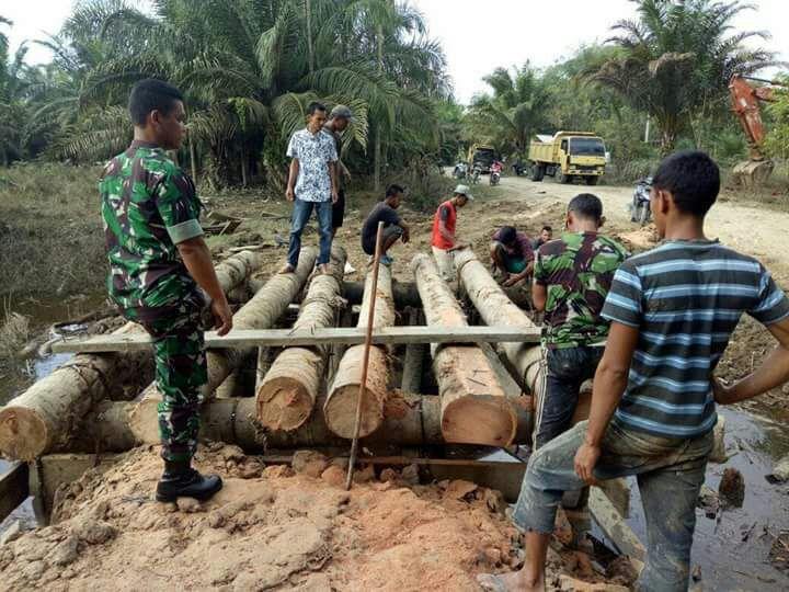 TNI Bantu Masyarakat Bangun Jembatan Darurat