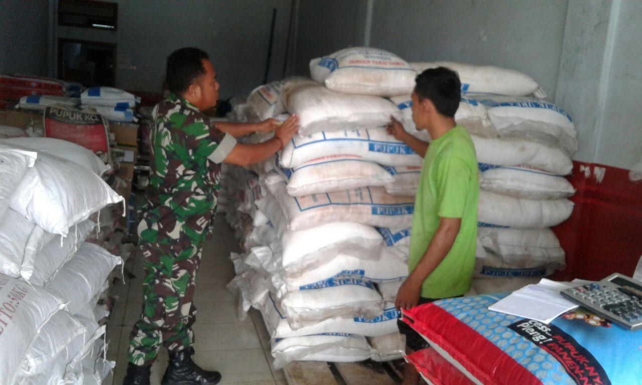 Bantu Petani, Tentara Ini Rayu Pedagang Turunkan Harga Bibit dan Pupuk