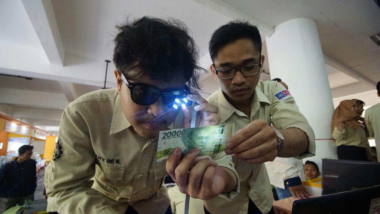 UMM Ciptakan Kacamata Sensor Uang Bagi Penyandang Disabilitas