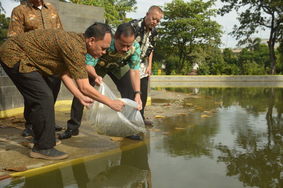 Dukung Program Pemprov Jawa Barat, Penjabat Walikota Bekasi Tebar Benih Ikan