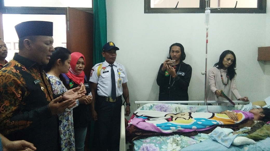 Terbaring Lemah di RSUD, Widya Dibantu Wakil Bupati Karawang