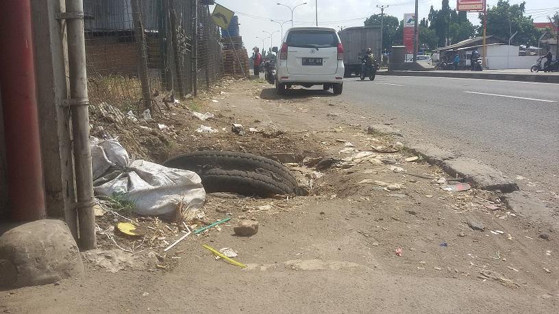Pejalan Kaki di Jalan Rengas Bandung Keluhkan Kerusakan Trotoar