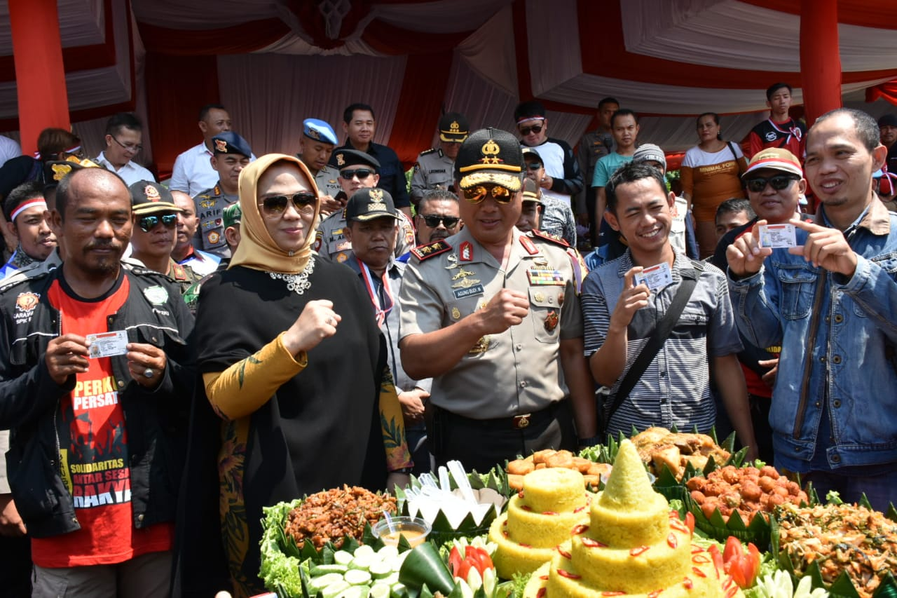 Pemkab, Polri dan TNI Riang Gembira Bersama Buruh di Karawang