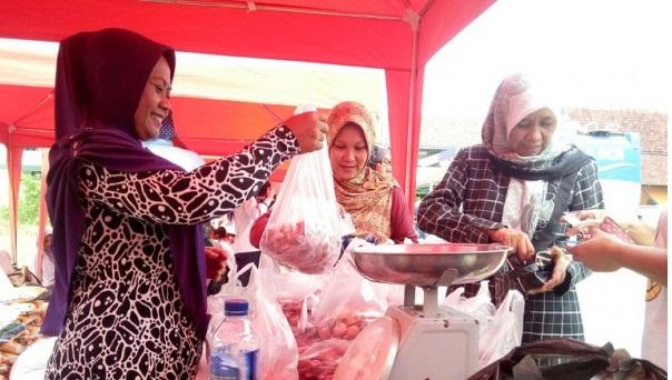 Masyarakat Serbu Pasar Murah di Cirebon