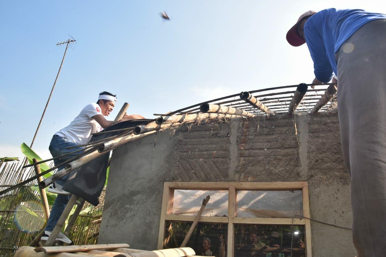 Dedi Mulyadi Perbaiki Rumah Janda Tua di Karawang