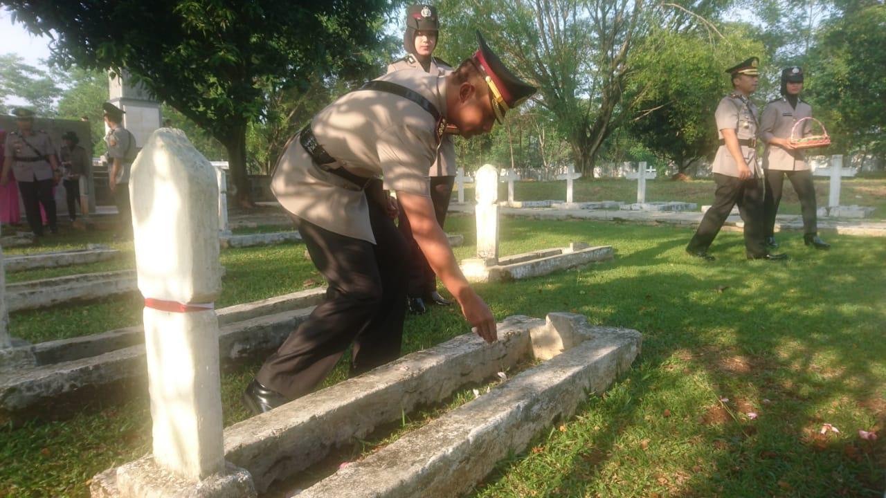 HUT Bhayangkara ke 72, Polres Purwakarta Tabur Bunga di Taman Makam Pahlawan Sirna Raga