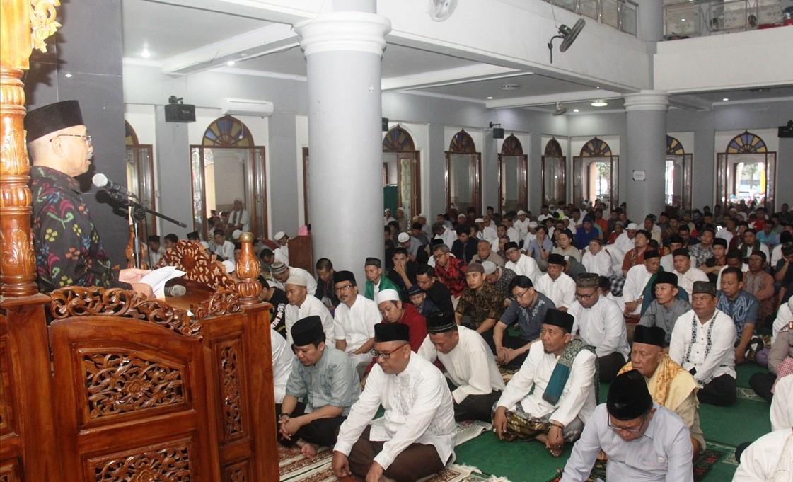 Plt Bupati dan Ribuan Masyarakat Laksanakan Salat Idul Adha di Masjid Agung Subang
