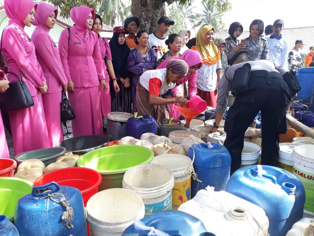 Kemarau Panjang, Warga Karawang Berebut Air Bersih