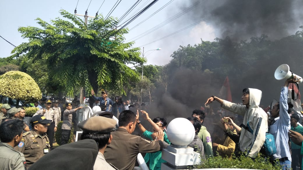 Protes Rencana Kenaikan BBM, Mahasiswa Rusuh di Depan Gedung DPRD Kota Bekasi
