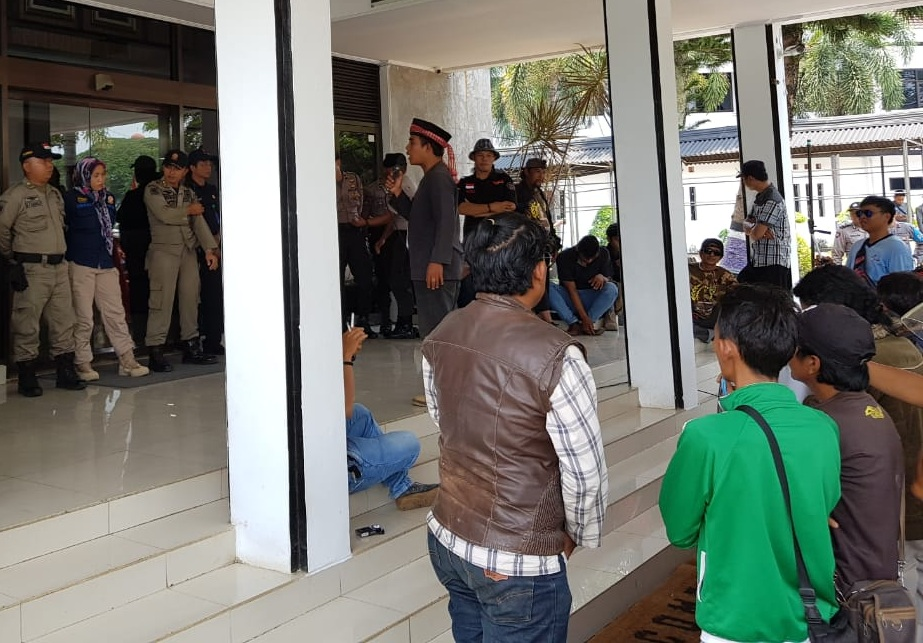 Warga Sukagalih Gelar Unjuk di Kantor DPRD Subang