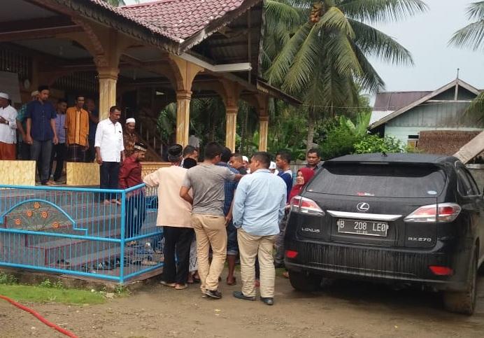 Warga Nisam Adukan Kondisi Jalan Rusak ke Anggota Dewan Aceh