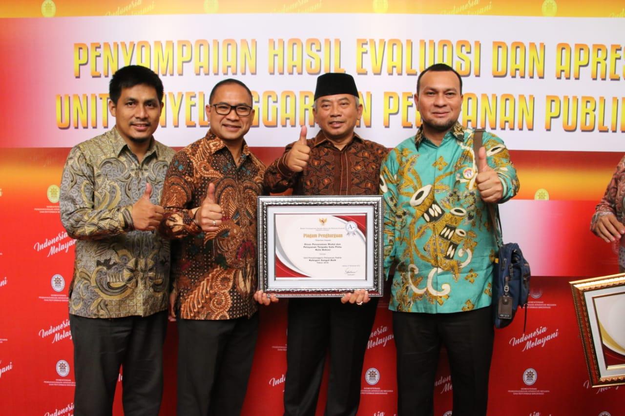 Walikota Bekasi Terima Penghargaan Pelayanan Publik dari Menpan-RB