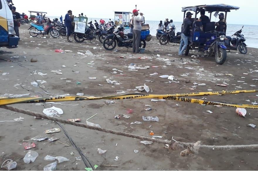 Sampah Sisa Makanan Pengunjung Berserakan di Pantai Tanjungpakis