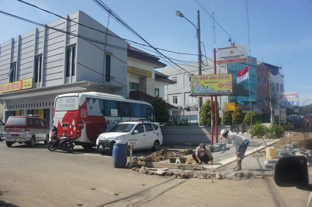 Pengerjaan Proyek Pedestrian Jalan Ahmad Yani Dinilai Asal-asalan, Bupati Karawang Ancam Kontraktor