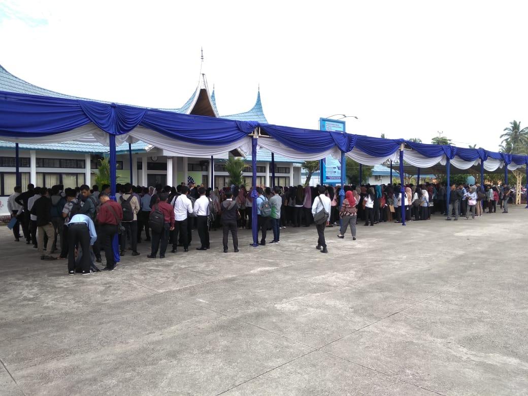 Ada Lowongan untuk Pegawai Honorer, Ribuan Pencaker Padati Kantor BLK Padang