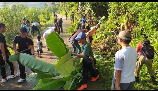 Kompi 3 Yon C Brimob Polda Jabar Jumat Bersih dengan Warga Parakan Lima