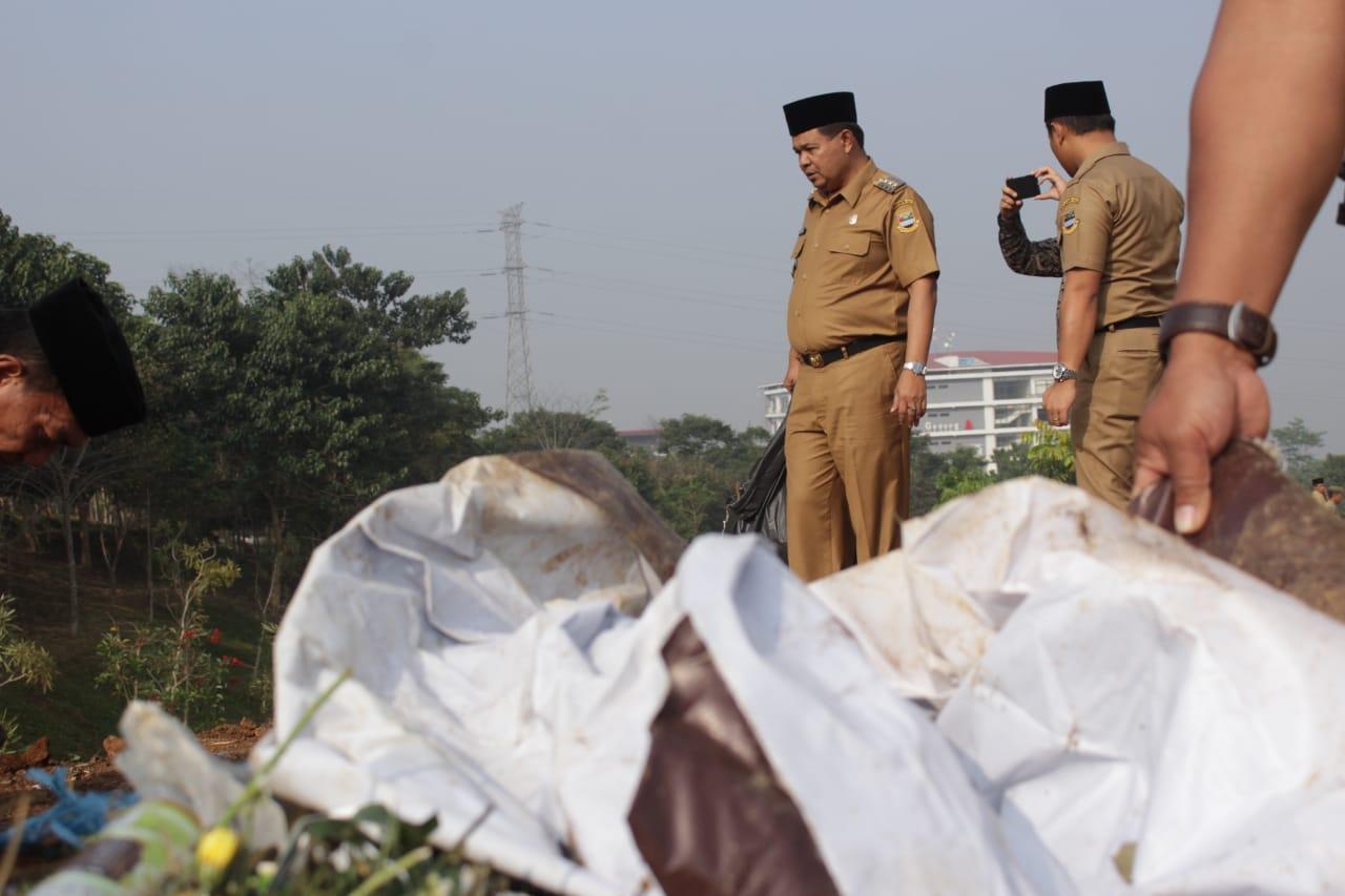 Bupati Umbara Ikut Bersihkan Sampah Pasca Pesta Rakyat Hari Jadi Bandung Barat