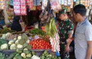 Babinsa Pantau Harga Sembako dan Kenyamanan Pembeli di Pasar Tradisional