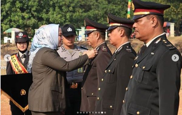Upacara Peringatan HUT Bhayangkara ke-73 di Karawang Diwarnai Penyematan Satya Lencana Pengabdian