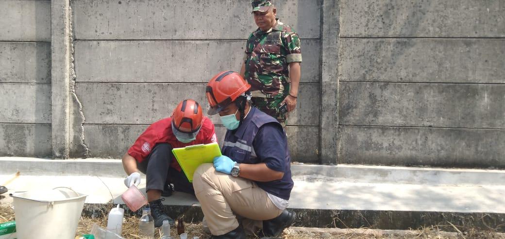 Penyisiran Saluran Ipal Pabrik di Karawang oleh Satgas Sektor 18
