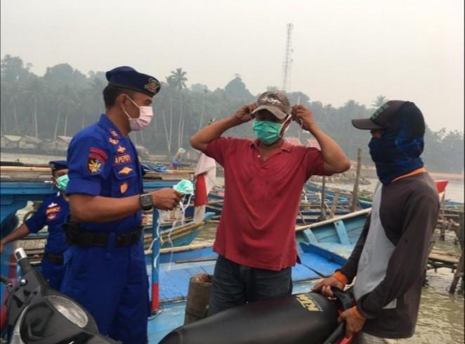 Satpol Air Polres Bengkayang Bagikan Masker ke Nelayan dan Masyarakat Pesisir