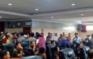 Massa Pengunjuk Rasa Terobos Rapat Paripurna DPRD Sintang
