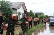 Polres Karawang Bantu Korban Banjir Karangligar
