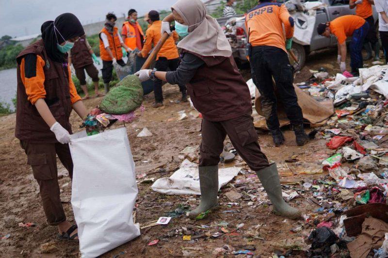 Pramuli Kota Bekasi Bersih-Bersih Sampah Sisa Banjir