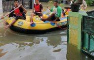 SMA KORPRI Bekasi Kerahkan Perahu Karet untuk Evakuasi Korban Banjir