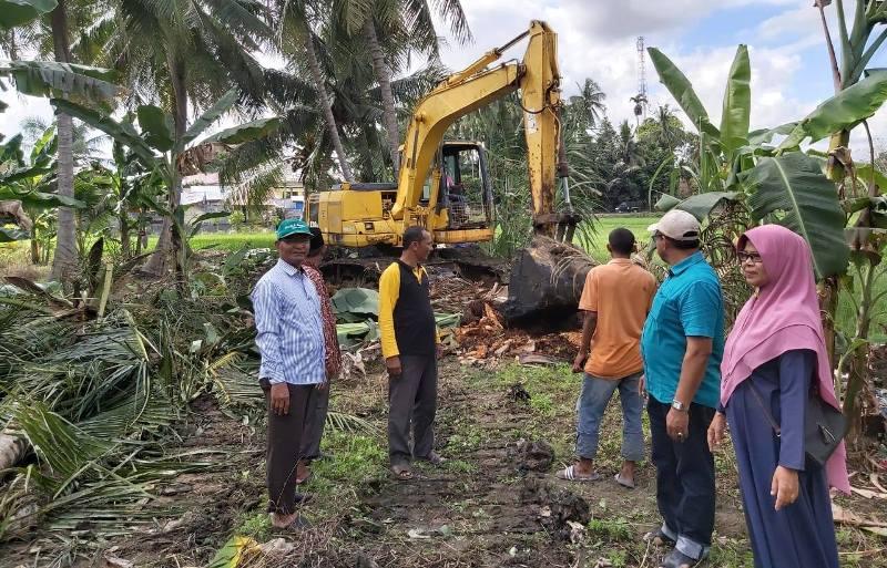 PT Takabeya Perkasa Group Keruk Saluran Pembuangan Limbah Pasar Ikan Keude Geurugok