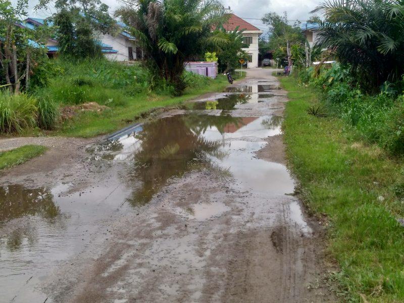 Warga Candika Keluhkan Jalan Selalu Tergenang Air