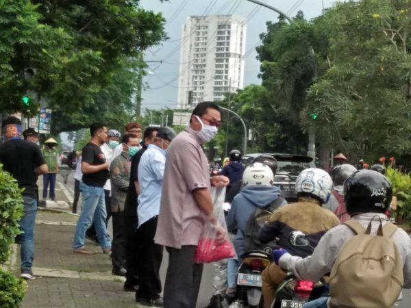 DPRD Kota Bekasi Bagi-bagi Masker untuk Pengendara