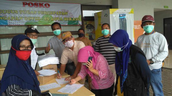 Kepala Sekolah di Kota Bekasi Sumbangkan APD, Vitamin C dan Kacamata Medis untuk Penanganan Covid-19