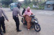 Polres Aceh Utara Bagi Takjil ke Pengguna Jalan