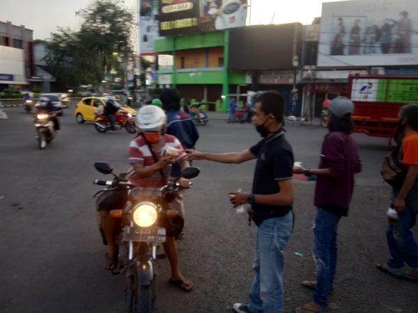 IJTI Karawang Berbagi Takjil ke Pengguna Jalan
