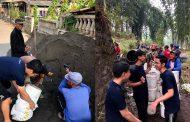 Mahasiswa PMM UMM bersama Masyarakat Gotong Royong Membangun Jalan